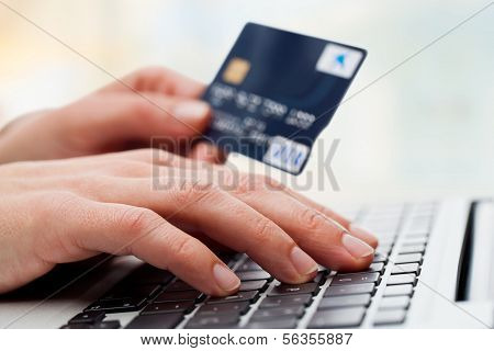 Hand typen op Laptop met Credit Card.