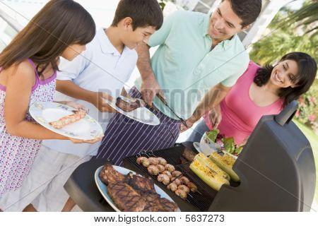 Familia disfrutando de un asado