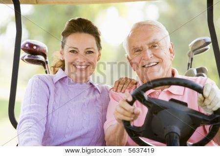Casal, desfrutando de um jogo de golfe