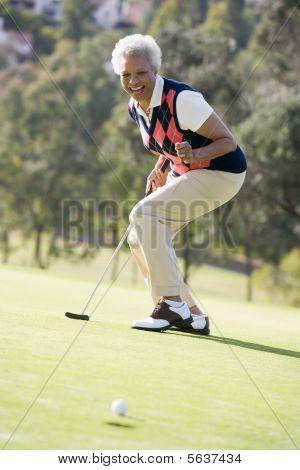 Mulher jogando um jogo de golfe