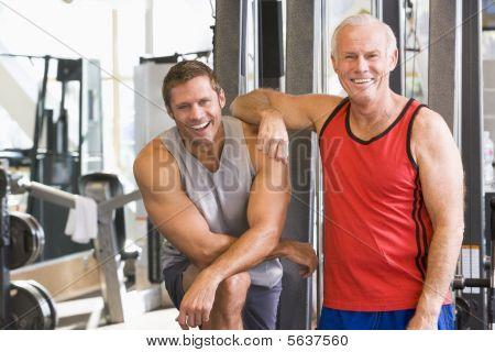 Männer in der Turnhalle zusammen
