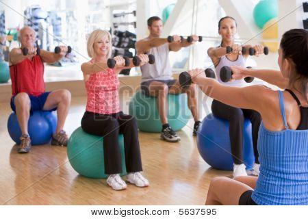 Instructor unter Übung Klasse auf Fitness-Studio