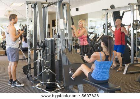 Grupo de pessoas de musculação no ginásio