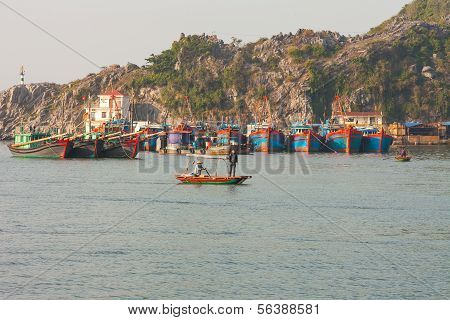 Pasenger transfer boat in Ha Long Buy