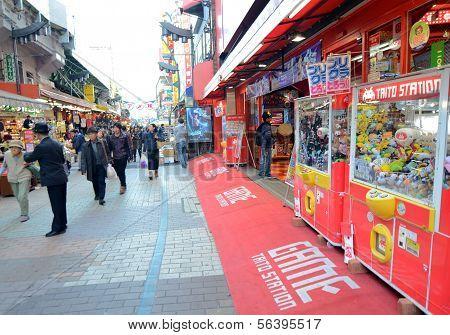 Tóquio, Japão - 22 de novembro: Arcada de Ameyoko mercado no distrito de Ueno, em 22 de novembro de 2013 em Tóquio, Japão.