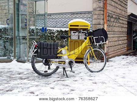 Postal delivery in bike, in winter
