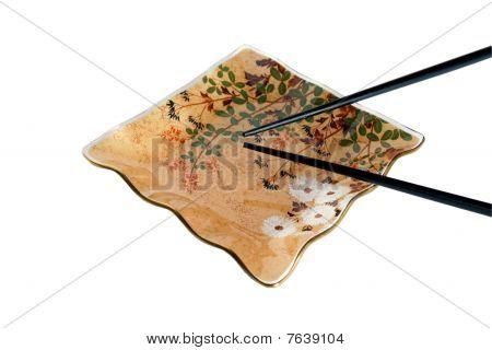 Platte und Essstäbchen isoliert