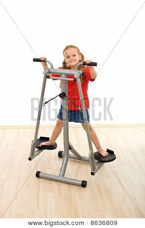 Menina jogando no dispositivo esticador no ginásio