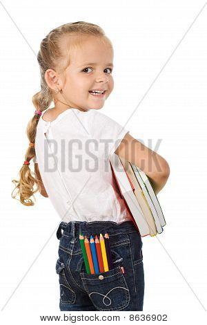 Chica poco entusiasmada preparando para ir a la escuela