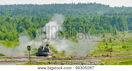 Shooting of 152 mm howitzer 2S19 Msta-S. Russia