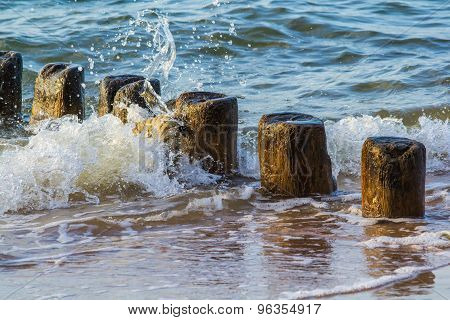 Water against groynes