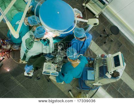 cirurgiões trabalhando na sala de operação. Ver os de cima