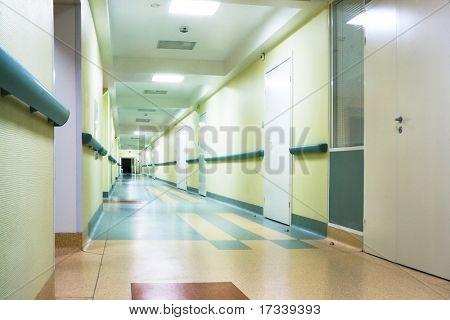 largo pasillo en hospital con puertas y reflexiones
