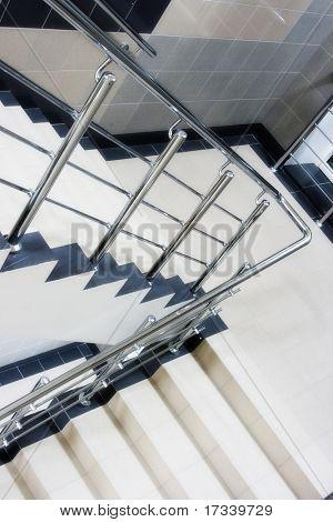 Treppenschacht mit metallischen Treppe Geländer in Gebäude