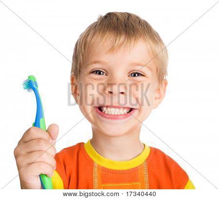 menino sorridente limpa dentes isolado no fundo branco