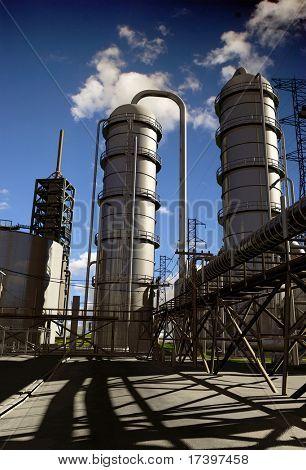 Tarde de planta industrial contra o céu