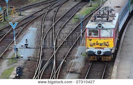 Antigua locomotora eléctrica en el ferrocarril.
