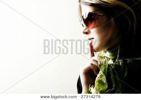 Mode Woman Portrait mit Sonnenbrille auf weißem Hintergrund