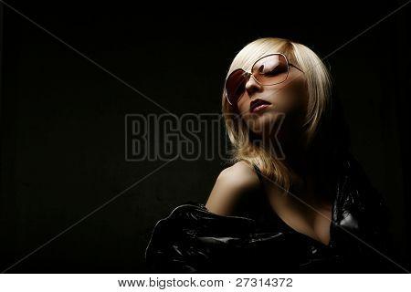 Sexy mujer joven sobre fondo negro con luz cambiante
