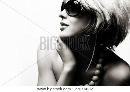 Mode Frau Portrait mit Sonnenbrille auf weißem Hintergrund