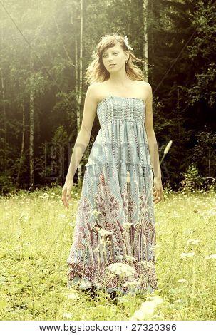 Porträt einer frischen und schönen jungen Frau im Sommergarten. Mode Schüsse
