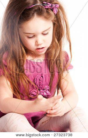 niña contando con los dedos, studio shot