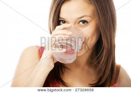 chica con un vaso de agua aislado