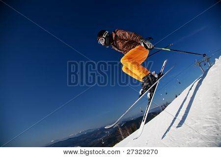 Skifahrer Girl jumping over blue sky
