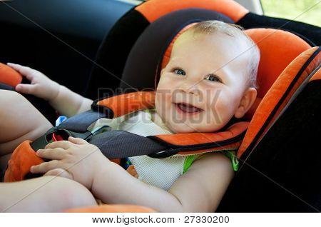 Bebé niña sonrisa en coche