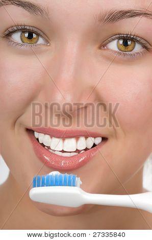 Adolescente com bela teetn branco escovar seus dentes