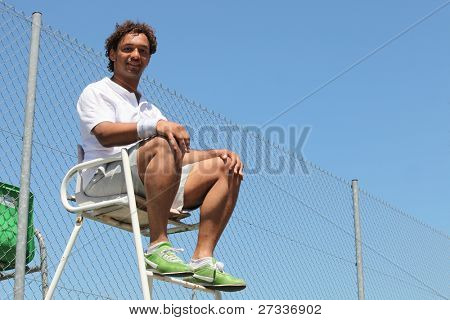Man umpiring friendly tennis game