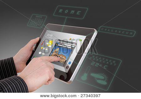 Mann sucht eine touristische Infos siehe auf Touch-pad