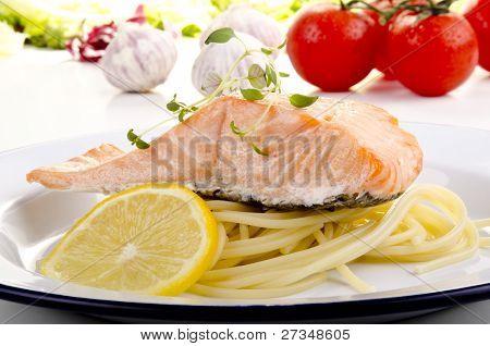 Espaguete e salmão selvagem cozido no vapor
