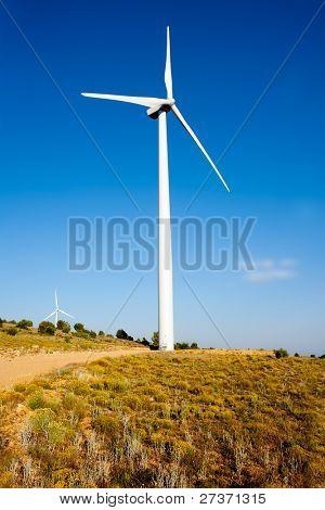 molino de viento aerogenerador en día de cielo azul de golden hill