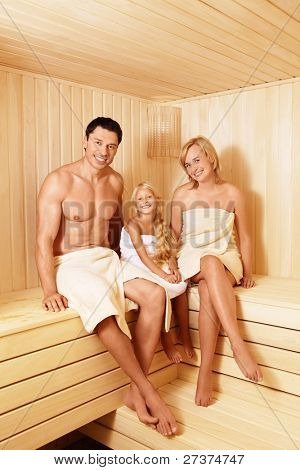 Smiling Family in der sauna