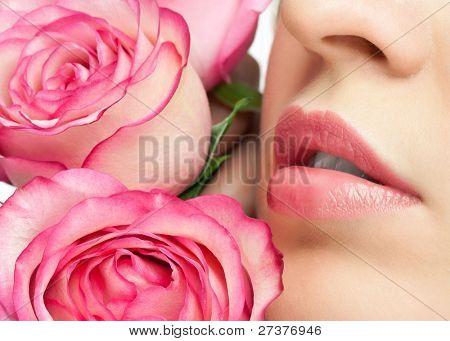 Close-up de mulher bonita lábios com rosas rosa