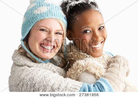 Zwei junge Frauen tragen Warm Winter Kleidung hält Schneeball im Studio