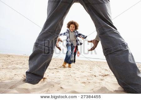 junge Familie entspannen am Strand camping Urlaub