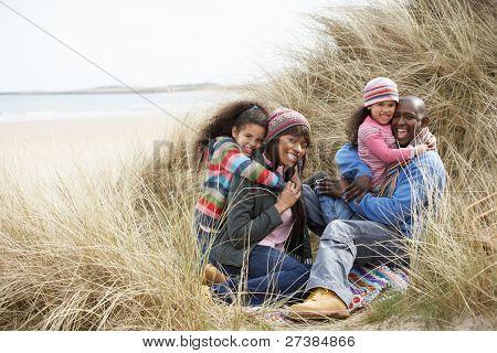 schwarze Familie am Strand