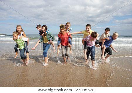 Jugendliche spielen huckepack