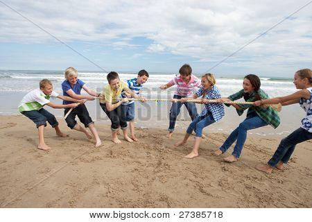 Jugendliche spielen Tauziehen