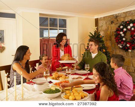 Familia hispana que sirve cenas de Navidad