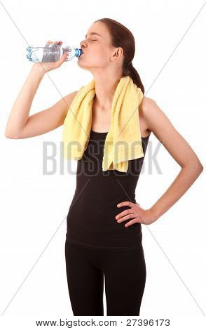 Agua potable de chica deportiva