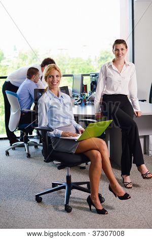 Business-Menschen-Team-Gruppe auf ein Treffen haben Erfolg und machen viel