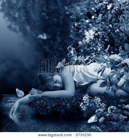 Chica duerme al lado del arroyo