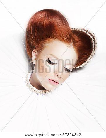 luxuriöse Redhair Herzogin Mittelstrifen Mädchen mit Perlenkette