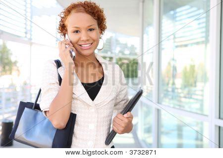 Business-Frau am Telefon im Büro