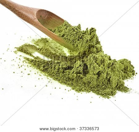 Haufen von pulverisierter grüner Tee mit Bambus-Tee-Löffel, isolated on white background