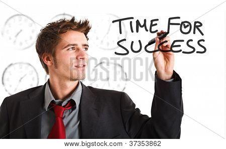 Homem de negócios sorridente, escrevendo um conceito de negócios na tela