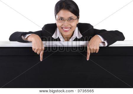 Mujer de negocios apunta a la pizarra